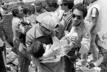 A photo taken 22 September 1985 shows rescue workers evacuating a wounded child from the hotel Regis in Mexico City, after an earthquake leveled parts of the city killing up to 30.000 people, 19 September 1985. AFP PHOTO OMAR TORRES (Photo credit should read OMAR TORRES/AFP/Getty Images)